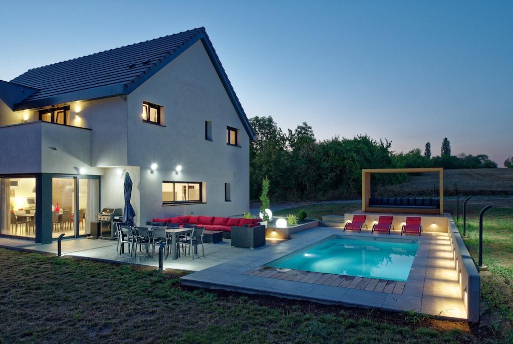 Création d\'une piscine avec terrasses bois et pierre | Batiglobal